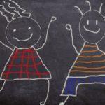 lavagna con disegni fatti con pastelli colorati a cera