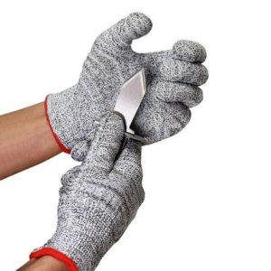 Per aprire le ostriche bisogna usare il coltello apposito e guanti in acciaio