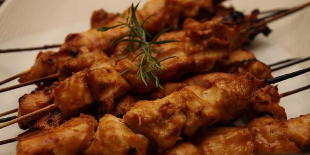 Spiedini di pollo speziato al satay