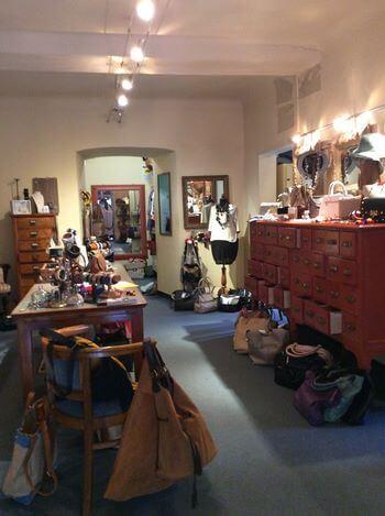 Fotografia dell'interno di L.C. con esposti gli accessori moda