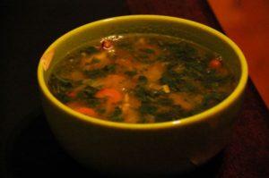 Zuppa di verdure fatta con brodo casalingo