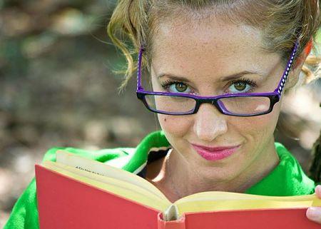 Ragazza con occhiali dallo sguardo acuto