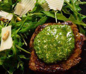 Carne arrostita con pesto, rucola e scaglie di Parmigiano