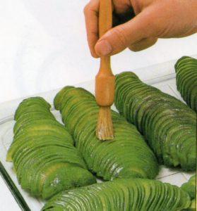 Come spennellare col succo di limone le fettine di avocado