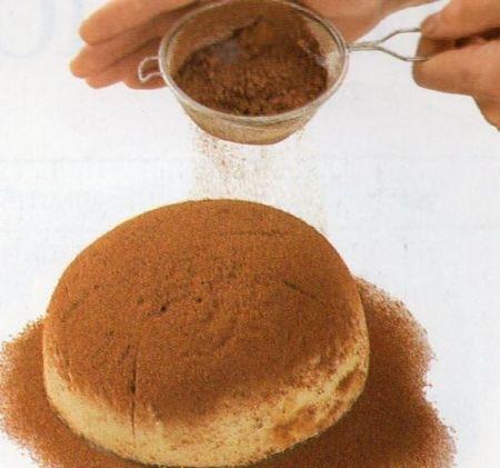 Come spargere il cacao sullo zuccotto fiorentino