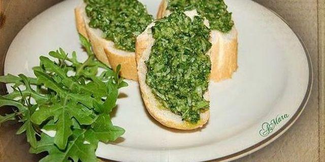 Piatto con crostini al pesto di rucola e guarnizione di foglie