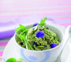 Quinoa con pesto di rucola, pistacchi, petali di fiori commestibili