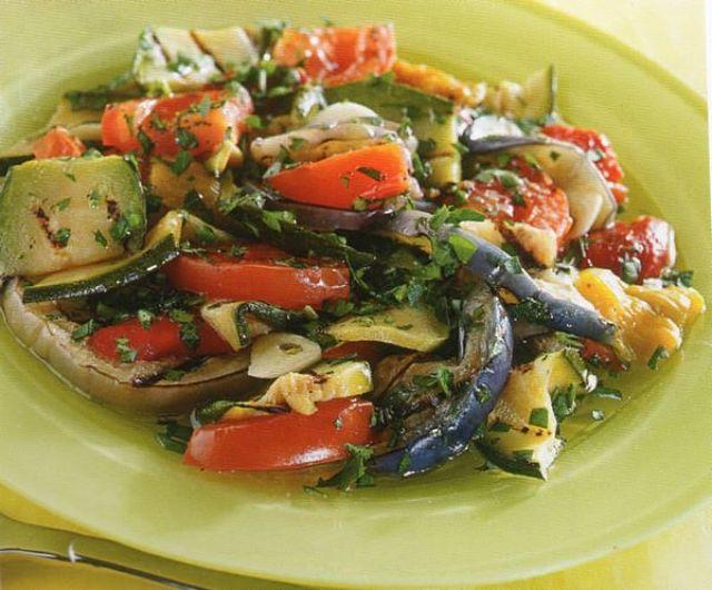 Verdure miste grigliate nel piatto