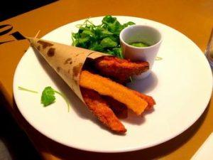 Fritto di verdure con insalata e pesto di rucola