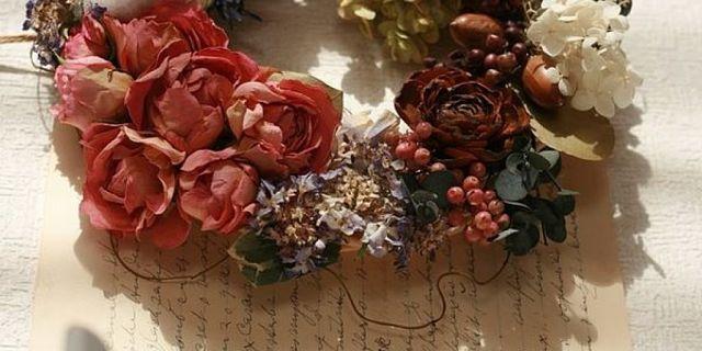 Ghirlanda di fiori e frutti essiccati col gel di silice