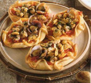 Pizzette con vongole veraci e pomodoro alla procidana
