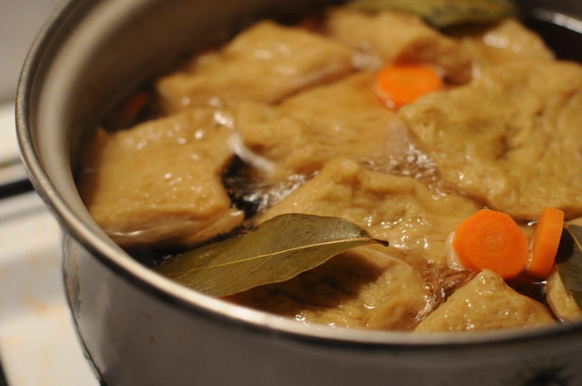 Seitan istantaneo messo a bollire in pentola con spezie, verdure e brodo