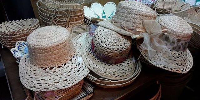 Cappelli di paglia estivi nuovi e puliti