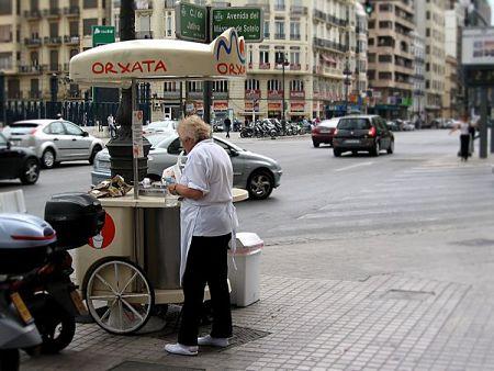 Carretto di cibo da strada con Orzata di Chufa a Valencia