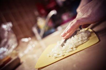 Come tagliare la cipolla a striscioline spesse per sentirne bene il gusto nella peperonata