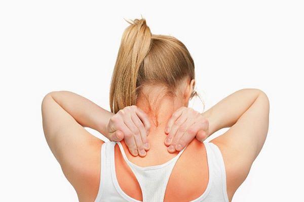 Ragazza allevia il dolore di un nervo accavallato con la digitopreassione
