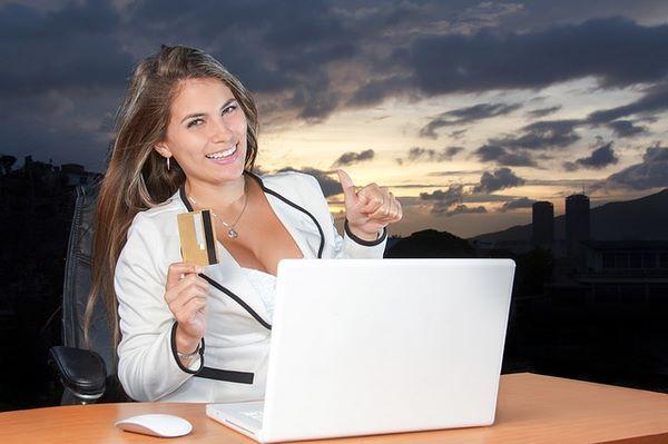 Donna soddisfatta dopo aver concluso un acquisto conveniente online