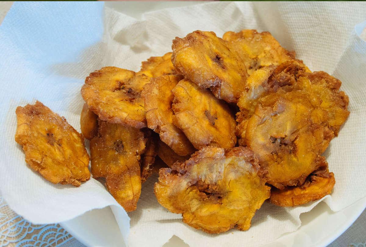 Fettine di banana fritte per antipasto brasiliano
