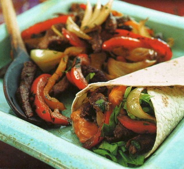 Fajitas di carne e peperoni al naturale in tortilla con insalata