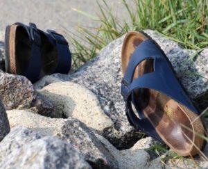 Impronta di piede sudato sul plantare dei sandali