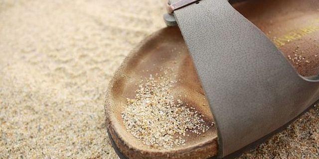 Sandalo con sottopiede anatomico in camoscio nella sabbia