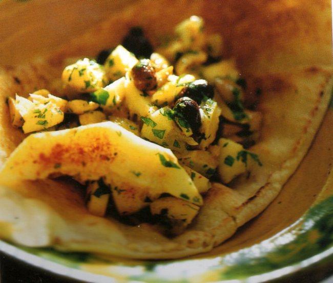 Limoni dolci e olive per un'insalata alle spezie sana e diversa