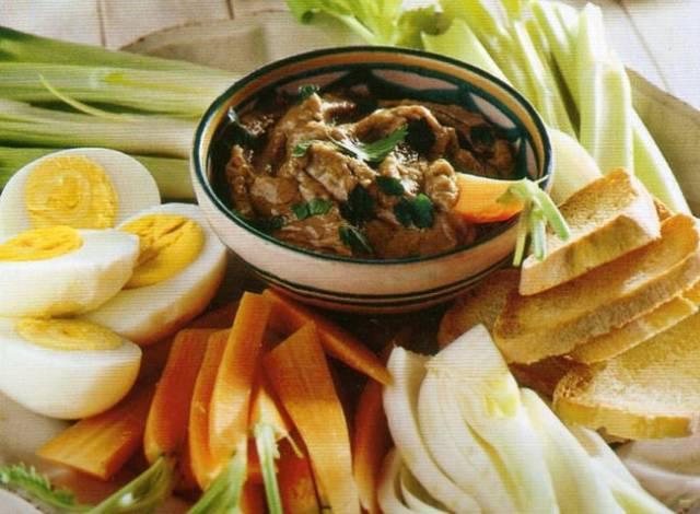 Come presentare in tavola le verdure crude e uova sode con salsa di acciughe alla francese