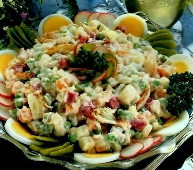 Come presentare in tavola l'antipasto di insalata russa al granchio