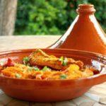 Tajine di terracotta con cous cous, verdure e pollo