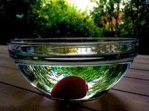 Uovo sodo immerso in acqua fredda per facilitare l'eliminazione del guscio
