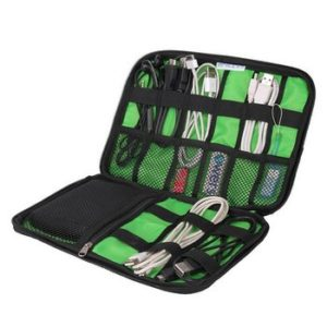 Organizer con accessori elettronici all'interno