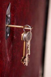 Chiavi dimenticate nella serratura della porta