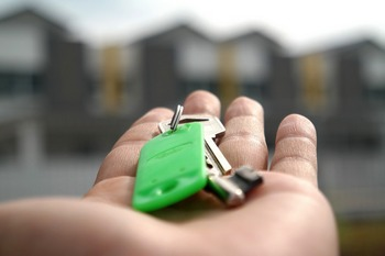 Chiavi di casa ritrovate in mano alla proprietaria