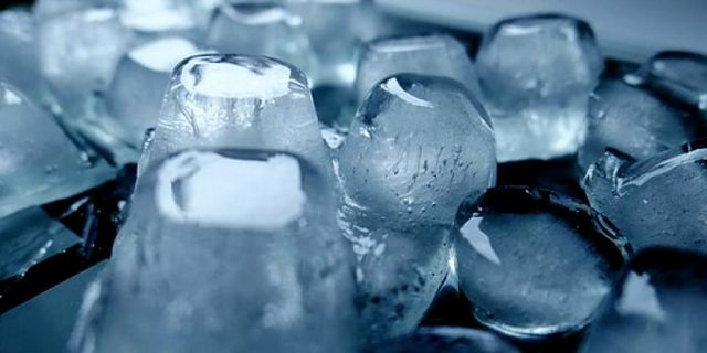 Cubetti di ghiaccio fatti in casa con acqua depurata