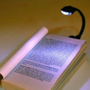 Lapada portatile da lettura illumina la pagina di un libro