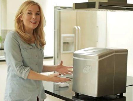 Donna davanti a fabbricatore di ghiaccio casalingo