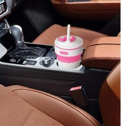 La tazza pieghevole è molto utile per bere in macchina