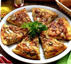 Tortilla spagnola ricca presentata in tavola già tagliata