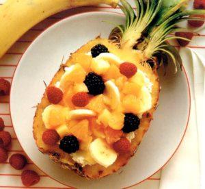 Mezzo ananas ripieno di frutti misti a sorpresa
