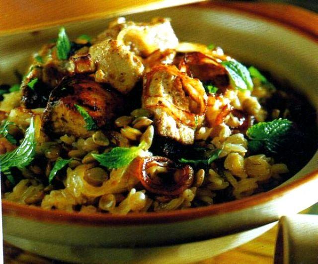 Appetitoso piatto di riso, lenticchie e tonno con spezie