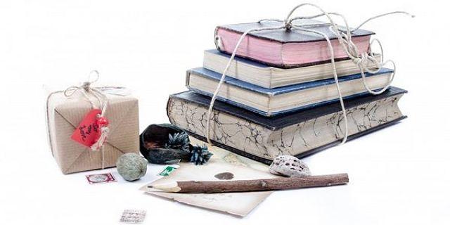 Libri da spedire impilati e legati con lo spago e altri già imballati