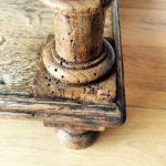 Gamba di mobile con buchi di tarli del legno