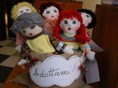 5 diverse bambole di pezza solidali dell'Unicef