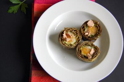 Come si presentano i carciofi con uova bazzotte al centro e decorazione di paté di fegato