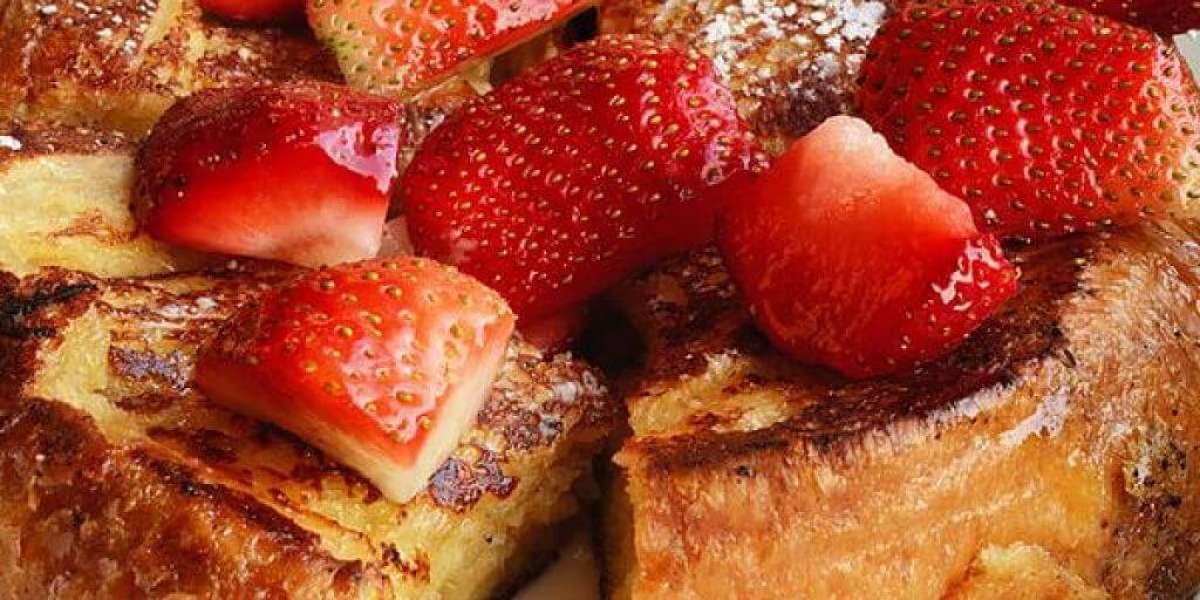French toast con fragole fresche e spolverata di zucchero a velo
