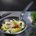 Padella di ferro De Buyer con cibo crudo dentro