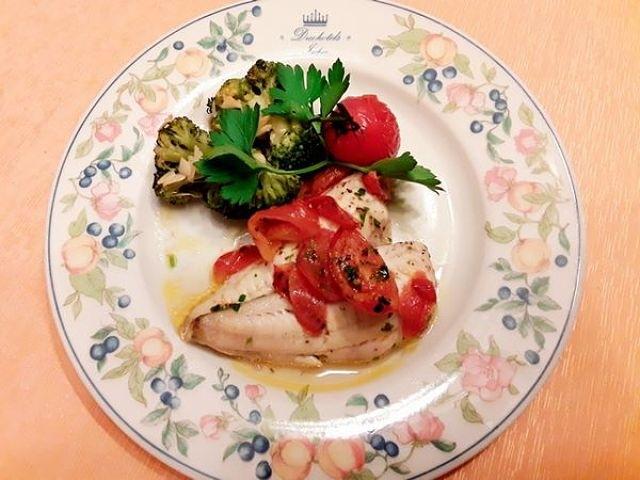 Come presentare in tavola il pesce cappone alla procidana con pomodorini e broccoli