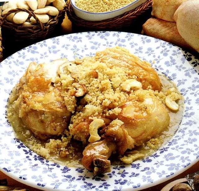 Appetitoso piatto con pollo, cous cous e frutta secca fatto secondo la ricetta tradizionale del Marocco