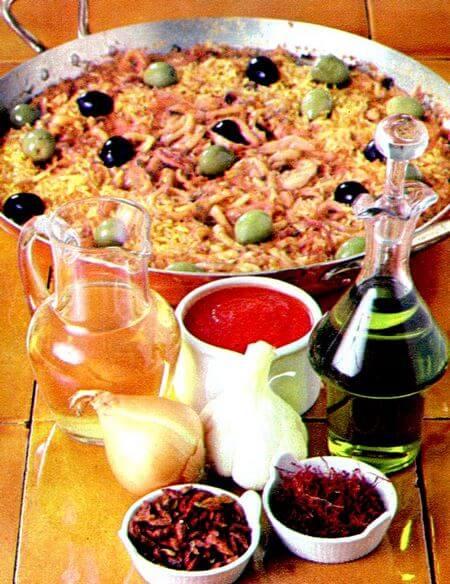 Calamaretti con riso e zafferano nella pentola di cottura