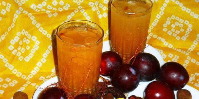 Succo di tamarindo ghiacciato con suoi frutti freschi e prugne